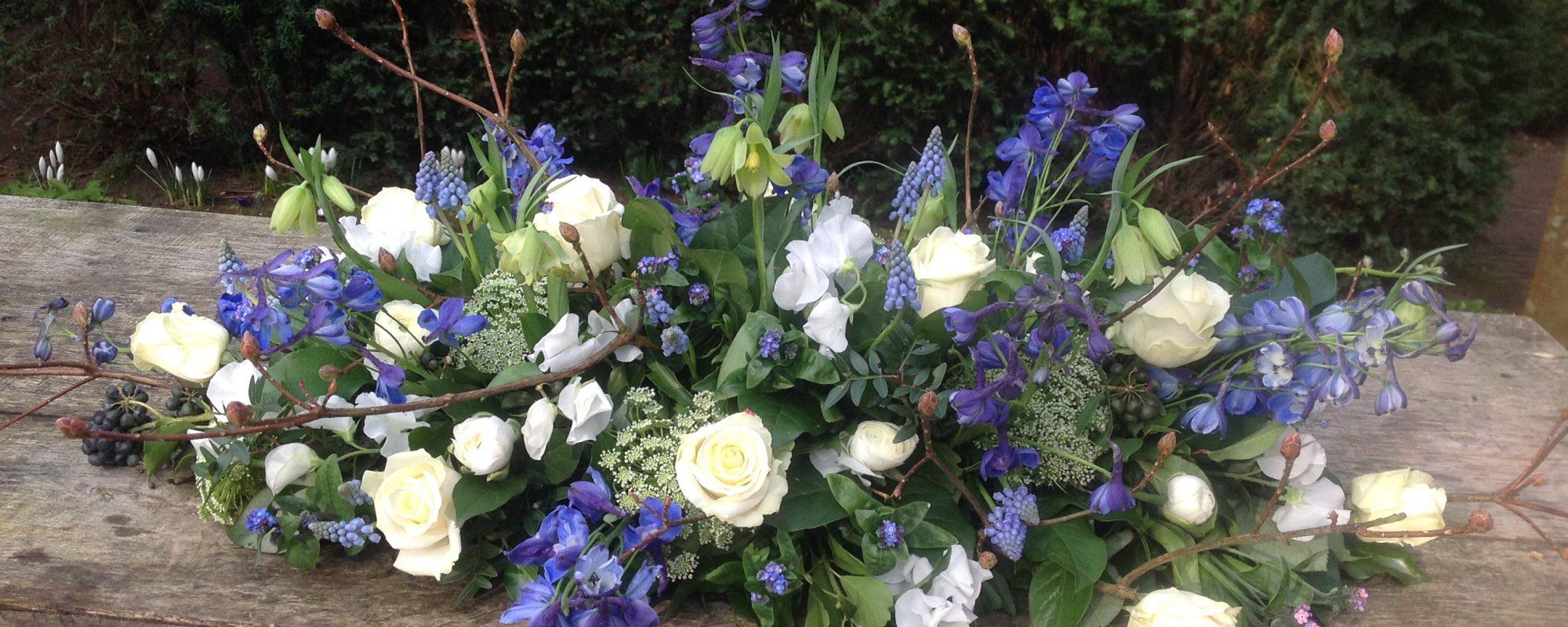 Rouwbloemstuk blauwwit voorjaar