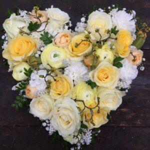 (Nederlands) Hart rouwbloemen geelwit