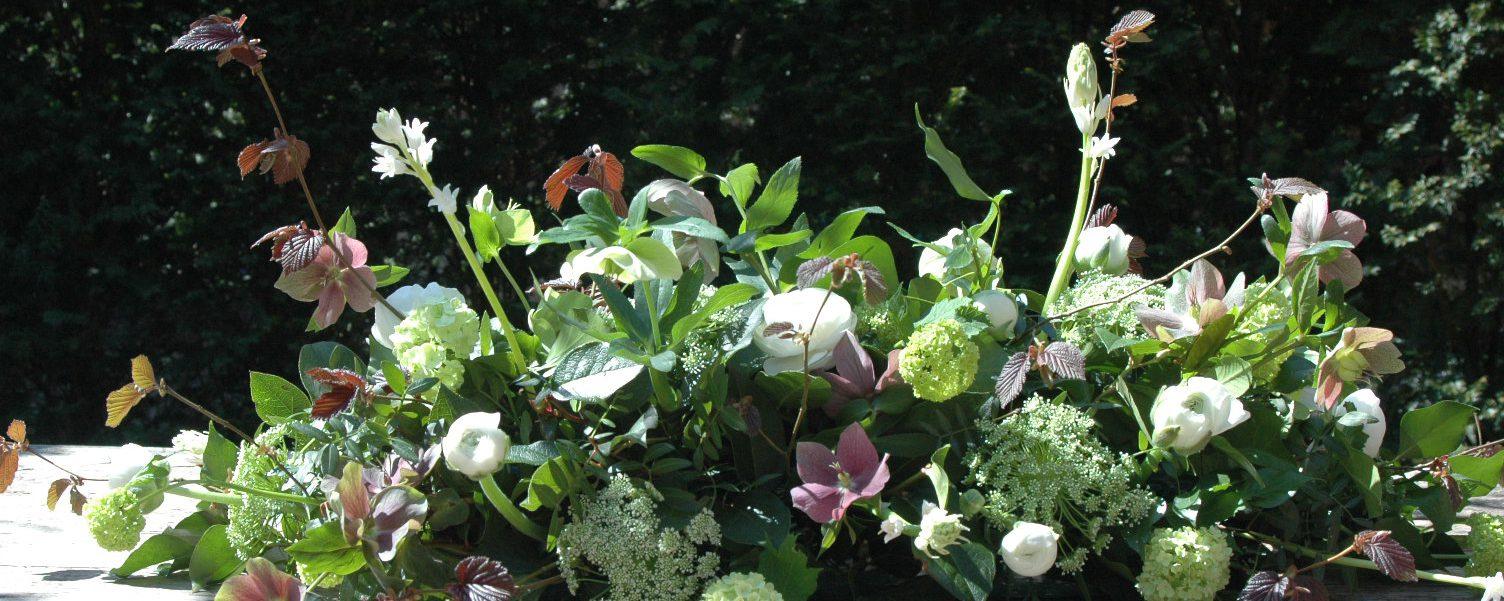 Rouwbloemstuk voorjaar ingetogen