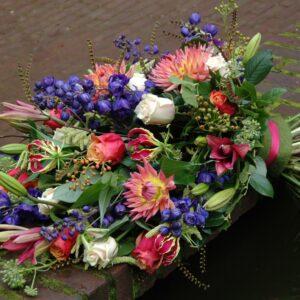 Kleurig en luxe rouwboeket
